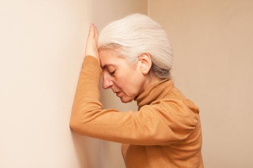 壁に手をつく外人女性