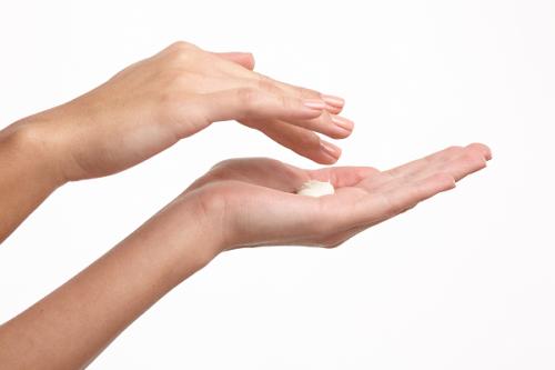 女性の手とクリーム